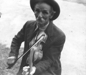 Fiddlin_Bill_Henseley,_Mountain_Fiddler,_Asheville,_North_Carolina_by_Ben_Shahn,_1937_(LOC)_(290626613)