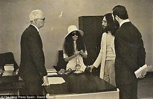 3222986E00000578-3489541-Stolen_moments_John_Lennon_and_Yoko_Ono_at_the_registry_office_d-m-7_1457818727615
